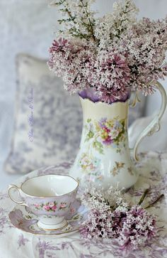 Shabby Chic Interior Design Ideas For Your Home Dining Room Sets, Color Lavanda, Decoration Shabby, Lavender Cottage, Shabby Chic Interiors, Deco Floral, Vintage Shabby Chic, Vintage China, Tea Time