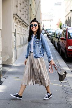 Metallic Pleated Skirt and Denim Jacket - Mode: Style - Jupe Mode Outfits, Skirt Outfits, Casual Outfits, Fashion Outfits, Skirt Fashion, Womens Fashion, Summer Outfits, Sneakers Fashion, Look Fashion