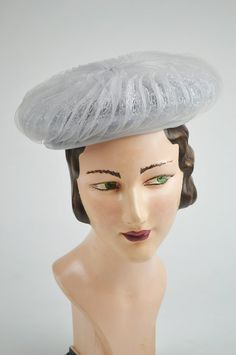 This elegant 1940s vintage hats, pleated horsehair (crin).