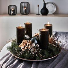 Christmas Design, Christmas Themes, Christmas Decorations, Christmas Advent Wreath, Christmas Candles, Christmas Arrangements, Christmas Centerpieces, Home Flower Decor, Xmas Flowers