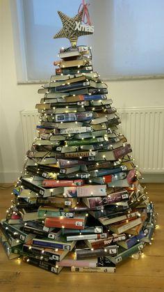 Alternatieve kerstboom van boeken in bieb Echt.