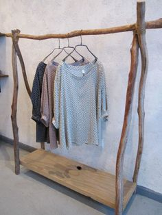 Portant à habits en bois recyclé. / A clothes-rack made of recycled wood.