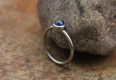 Tender ring made of 14k whitegold, matt-finished, with a lovely, splendid deep blue sapphhire..