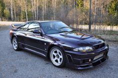 The version of the Nissan Skyline GT-R is over 25 years old, and legal to import to the USA. Nissan Skyline R33, Gtr Nismo, Nissan Nismo, Skyline Gtr, Nissan Infiniti, Honda Civic Si, Mitsubishi Lancer Evolution, Japan Cars, Toyota Corolla