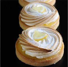 . Lemon Meringue Tart, Lemon Curd Tartlets, Konditor, French Patisserie, Sweet Tarts, Macaron, Delicious Desserts, Lemon Desserts, Lemon Recipes