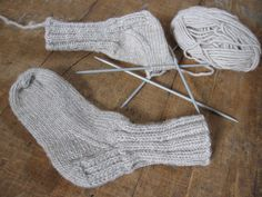 AnnyMay Le Blog: Patron de chaussette au tricot pour les enfants Baby Patterns, Knitting Patterns, Crochet Bikini, Knit Crochet, Knit Dishcloth, Learn How To Knit, Knitting Socks, Gloves, Couture