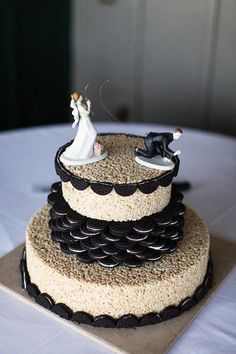 Rice Krispies & Oreo Wedding Cake Instead of rice krispy, I think the oreo vanilla cake would be awesome Rice Krispies, Rice Krispie Cakes, Oreo Wedding Cake, Cheap Wedding Cakes, Unconventional Wedding Cake, Rice Crispy Cake, Wedding Cake Alternatives, Sugar Cake, Oreo Cake