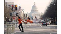 """Bailarines en el aire    El libro """"Bailarines entre nosotros"""" recoge imágenes que parecen desafiar la gravedad. """"Pensé que sería interesante hacer fotografías que celebren la vida cotidiana, viendo el mundo como si fuera a través de los ojos de un niño"""", le dijo el fotógrafo Jordan Matter a BBC Brasil."""