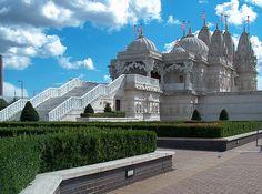 dit is de neadsentempel. het is de grootste hindoeïstische tempel in gebruik buiten India en hij staat in london