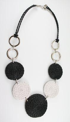 colar couro preto Textile Jewelry, Fabric Jewelry, Jewelry Art, Jewelry Gifts, Jewellery, Leather Necklace, Diy Necklace, Leather Jewelry, Necklace Designs