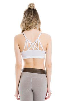 This stunning, strappy low-impact bra delivers comfort to the max. / Ce magnifique soutien-gorge à bretelles à soutien léger offre un maximum de confort.