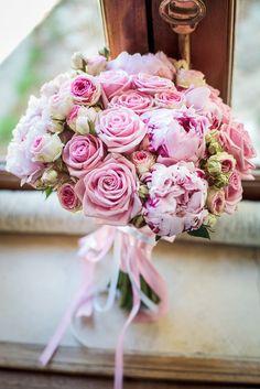 Bouquet di rose e peonie sui toni del rosa pallido. Scopri chi può aiutarti http://www.lemienozze.it/operatori-matrimonio/fiori_e_addobbi/