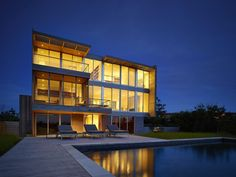 Stelle Lomont Rouhani Architects have designed the Cove Residence, a family home located in the Hamptons, New York. The architect's description This house is Les Hamptons, Hamptons New York, Southampton, Small Pool Houses, Pool House Decor, Pool House Designs, Apartment Interior Design, House Front, Simple House