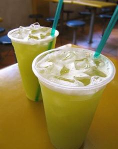 GUARAPO DE CANA most refreshing drink during the summer time. Yummy Drinks, Healthy Drinks, Indian Food Recipes, Whole Food Recipes, Foto Pastel, Sugarcane Juice, Singapore Food, Love Food, Food And Drink