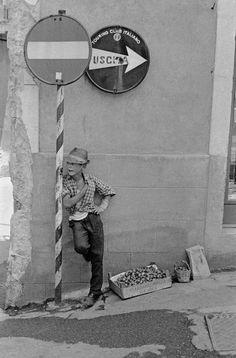 David Hurn, Italy, 1964 street photography, black & white