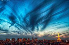 No, París no sufre una Invasión extraterrestre. Son cirros, nubes altas que se tiñen de oscuro a la luz del amanecer