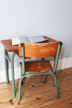 chambre d'enfant Two years ago I was looking for something exactly like this for my small apt in Shadyside. Would have been perfect. School Desk Makeover, Old School House, Back To School, Deco Kids, American Interior, School Desks, Vintage School, New Home Designs, Home And Living
