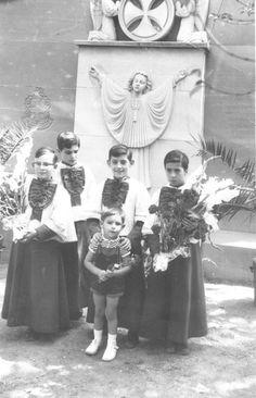 """Esto nos deja en Facebook Juan José Paricio Sauco: """"Ya desde pequeño me gustaba ser infantico. La foto está hecha hacia 1973-1975, en el monumento de Sto Dominguito de Val, posiblemente el dia de su fiesta, 31 de Agosto. Este monumento estaba en el actual Balcon de San Lazaro. En la primera reforma que se hizo, alla por los 80, el monumento """"desaparecio""""."""