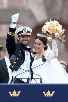 13日、ストックホルムで結婚式を挙げた後、群衆に向けポーズを取るカール・フィリップ王子(左)とソフィア・ヘルクビストさん(ゲッティ=共同) ▼13Jun2015共同通信|スウェーデン王子結婚 相手は元モデルのソフィアさん http://www.47news.jp/CN/201506/CN2015061401000937.html