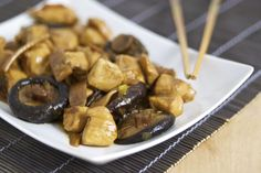 Il pollo con bambuù e funghi shitake è un goloso secondo piatto di tradizione cinese.