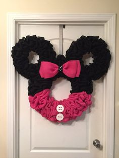 Red and black Minnie Mouse burlap wreath or wall hanging. Mickey Mouse Wreath, Disney Wreath, Minnie Y Mickey Mouse, Minnie Mouse Christmas, Christmas Tree Decorations, Christmas Tree Ornaments, Christmas Wreaths, Christmas Ideas, Christmas Crafts