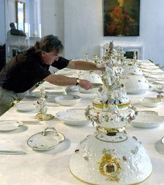 Der kursächsische Premierminister Graf Heinrich von Brühl (1700-1763) wurde 1735 zum Direktor der Porzellanmanufaktur in Meißen ernannt. Unter seiner Ägide arbeitete der Modelleur Johann Joachim Kaendler (1706-1775), der durch die Entwicklung eigener Formen zum erfolgreichen Porzellandesigner seiner Zeit aufstieg.