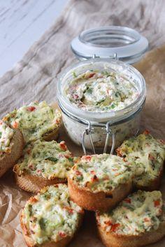 Skøn Grøntsag/Flødeost Kryddersmør - Det smager himmelsk! Den er lavet med flødeost og grøntsager. Det lyder måske lidt specielt, men du kommer ikke til at smage bedre! Det kan kommes på brød, og så bage brødet i ovnen! Det kan også kommes på nybagt varmt brød, ristet brød, en bagt kartoffel, på en bøf eller blandes i varm pasta. Det er perfekt tilbehør til brunchbordet eller aftensmaden og det smager bare så godt #snack #kryddersmør #tilbehør #flødeost