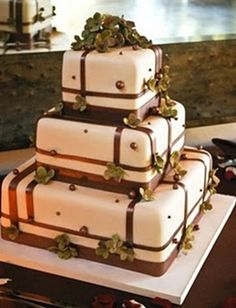 Pastel de boda cuadrado detalles cafés