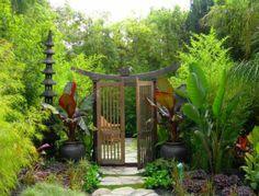 Garten Eingang Pflanztöpfe Gartenweg Naturstein hohe Pflanzen