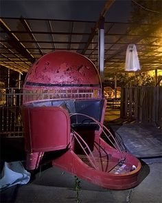 A Tilt-A-Whirl car and flying ghost next to the wrecked Bumper Car track at an abandoned amusement park. Abandoned Castles, Abandoned Mansions, Abandoned Buildings, Abandoned Places, Abandoned Theme Parks, Abandoned Amusement Parks, Beautiful Ruins, Architecture Design, Amusement Park Rides