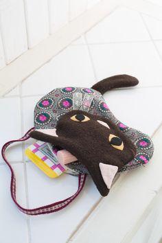 ネコの顔部分が便利な外ポケットになっているネコ型バッグ。/私が持ちたいバッグ(「はんど&はあと」2013年6月号)