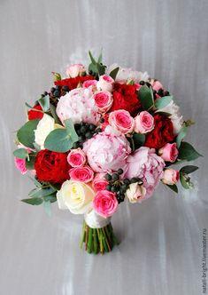 Купить или заказать Букет невесты из пионов и пионовидных роз Красно-розовый в интернет-магазине на Ярмарке Мастеров. Букет невесты из пионов и пионовидных роз Красно-розовый Букет невесты из живых цветов. Букет невесты состоит из пионовидных роз кремового цвета, белых роз, розовых пионов, кустовых роз и эвкалипта. Декорирован лентой. Букеты невест можно посмотреть здесь - www.livemaster.ru/natali-bright?cid=326749 Любые вопросы можно задать в 'сообщении мастеру'.