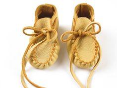 Baby Moccasins Buckskin Leather  Booties Toddler door GoldenGifts