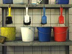 Studenten en kunstenaars van Koninklijke Academie van Beeldende Kunsten gebruiken schoonmaakemmers Planter Pots, Bucket, Students, Buckets, Aquarius