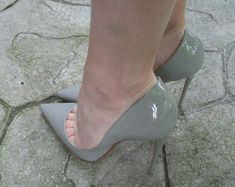 Sexy gray pumps, legs, and toe cleavage. Hot High Heels, Sexy Heels, High Heel Pumps, Pumps Heels, Stilettos, Beautiful High Heels, Girls Heels, Killer Heels, Stiletto Shoes