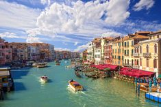 水の都という愛称がつくほど、誰もが一度は訪れたいと思っているベネチアを紹介します。海の上に浮かぶ幻想的な場所は、誰をもとりこにするイタリアで有数の観光地です。今回はそんなベネチアの魅力をお届けします。
