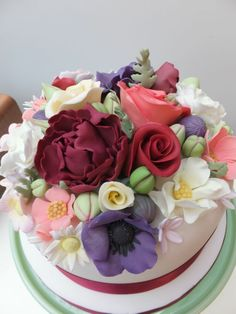 All these edible flowers are gorgeous! The tulip heads look reasonably easy. My cake attempt will be interesting :) Edible Flowers, Sugar Flowers, 70th Birthday Cake, Birthday Cake With Flowers, Garden Cakes, Cakes And More, Cake Decorating, Bouquet, Eat
