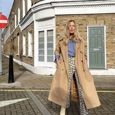 10 Cute Professional Outfits For Work That Are Fashionable And Fresh Cute Professional Outfits, Rocker Girl, Blue Trousers, Maxi Styles, Classic Skirts, Street Style Trends, Mom Outfits, Mixing Prints, Winter Looks
