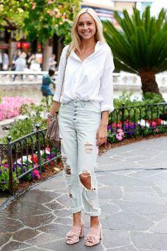 Street style look com camisa branca, calça jeans destroyed e mule.