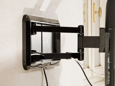 l prodotto DRS 200 è un supporto a muro per TV e fa parte della linea Stile MELICONI. Elegante, funzionale e sottilissimo scompare dietro il televisore per creare l'effetto quadro sospeso. Il doppio braccio permette l'inclinazione verticale ed orizzontale fino a 90°. Inoltre quando la televisione è riposta verso la parete, rimane in posizione perfettamente centrata. Il sistema d'integrazione del raccoglimento dei cavi permette la totale mimetizzazione dei sistemi di supporto.