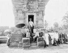 Bezoek van Pakoe Boewono de tiende, Soesoehanan van Soerakarta, en zijn gevolg aan de Hindoe-tempel Panataran te Blitar op Oost-Java . 23 April 1924