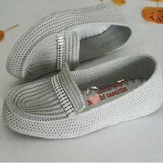 Olmuş 👌👌Bilgi Ve Sipariş 👉 Sihirli Eller Hobi Tasarim . Crochet Slipper Boots, Crochet Sandals, Knitted Slippers, Top 10 Shoes, Diy Crafts Crochet, Crochet Slipper Pattern, Spring Boots, Lace Flats, Shoe Pattern