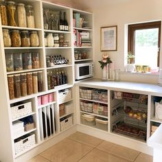 Un ejemplo de un lugar para cada cosa y cada cosa en su lugar! ( ・・・ I love this custom pantry by It has a place for EVERYTHING! Kitchen Pantry Design, Kitchen Organization Pantry, Home Organization, Organized Pantry, Pantry Ideas, Organizing, Kitchen Butlers Pantry, Kitchen Drawers, Kitchen Sink