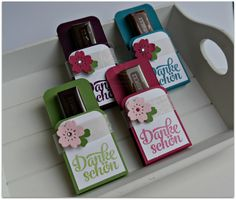 Heute habe ich wieder nette Gastgeschenke für Euch. Ich habe hier Mercie Schokolalde verpackt und anschließend verziert. Ein kleines Dankeschön für liebe Gäste.   Verwendete Stampin' Up! Produkte: Bloomin' Heart Thinlits Dies Botanical Gardens Designer Vellum Stack Itty Bitty Accents Punch Pack Punch Corner Project Life Grußelemente Photopolymer Stamp Set (German) Whisper White A4 Cardstock […]