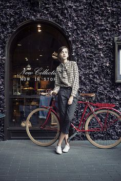 Learning to ride a bike is no big deal. Learning the best ways to keep your bike from breaking down can be just as simple. Cycle Chic, Hipster Grunge, Grunge Goth, Bike Style, Style Me, Moda Professor, Street Style Vintage, Outfits Damen, Mein Style