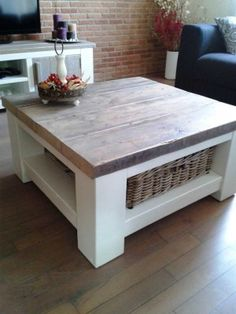 Little table livingroom, colors white and brown. Farmhouse Furniture, Pallet Furniture, Furniture Projects, Painted Furniture, Home Furniture, Furniture Online, Handmade Furniture, My Living Room, Home And Living