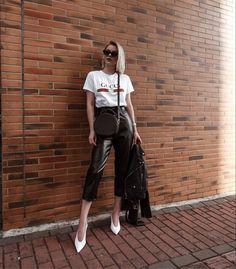 t-shirt Gucci inspired, calça clochard couro sintético, slingback v-cut. #style #fashion
