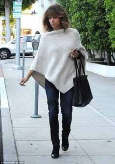Halle Berry looks glum in poncho as she fills up parking meter Look Fashion, Autumn Fashion, Halle Berry Style, Weekend Style, Knitted Poncho, Outerwear Women, Pulls, Everyday Fashion, Ideias Fashion