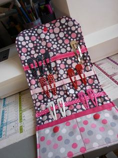 tuto pochette barrettes rapide – Le petit monde de Pauline Attention I did not invent anything ! Diy Couture, Couture Sewing, Sewing Hacks, Sewing Projects, Sewing Tips, Barrettes, Creation Couture, Sewing For Kids, Sewing Patterns Free