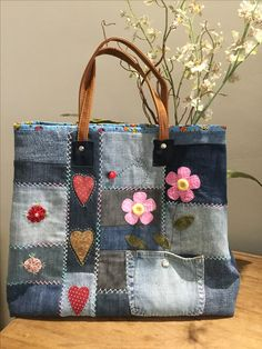 Bolso patchwork, con bolsillo reutilizado y adornos con aplicaciones. Best Picture For patchwork quilting rainbow For Your Taste You are looking for something, and it is going to tell you exactly what Patchwork Bags, Quilted Bag, Patchwork Quilting, Denim Handbags, Purses And Handbags, Bag Quilt, Jean Purses, Denim Crafts, Denim Ideas